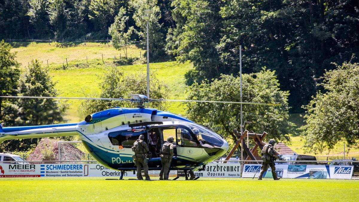 Photo of Baden-Württemberg: Mann entwaffnet Polizisten und entkommt