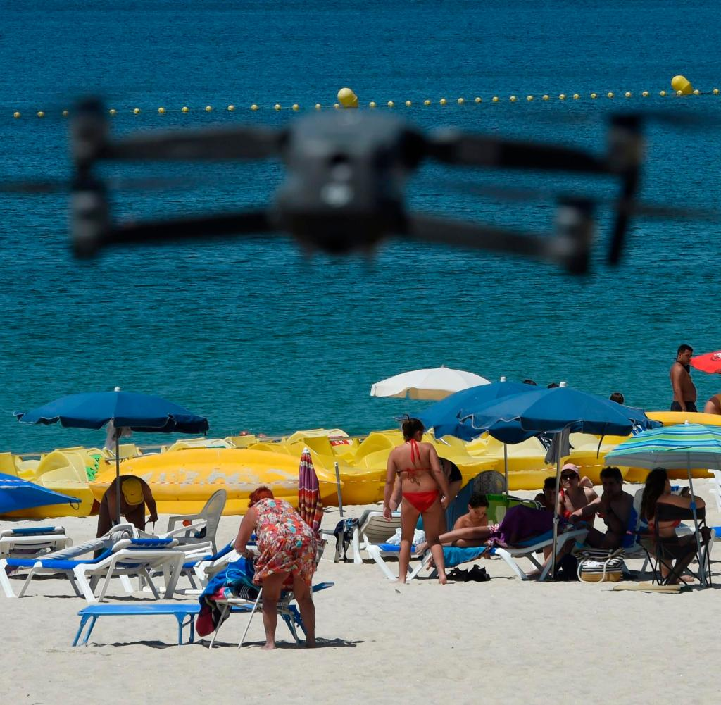 Die spanische Polizei setzt auch Drohnen ein, um die Kronenregeln am Strand zu überwachen