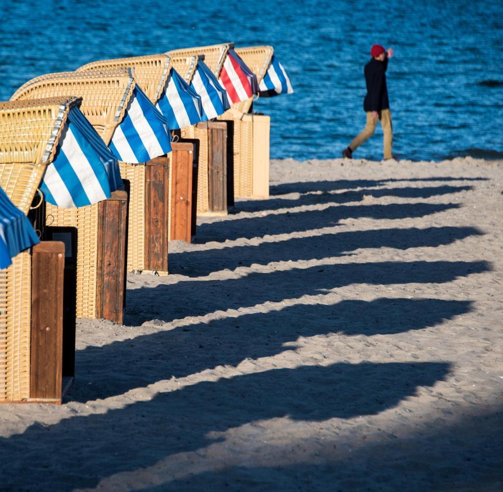 Liegestühle an der Ostsee sind noch leer.  Aber im Sommer sind wieder Seereisen möglich