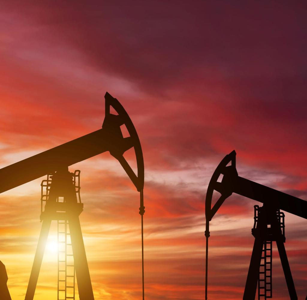 Ölpumpe auf einem Dämmerungshintergrund. Weltölindustrie