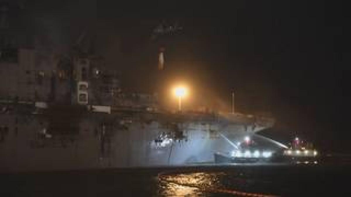 Nach der Explosion brennt das amerikanische Kriegsschiff weiter