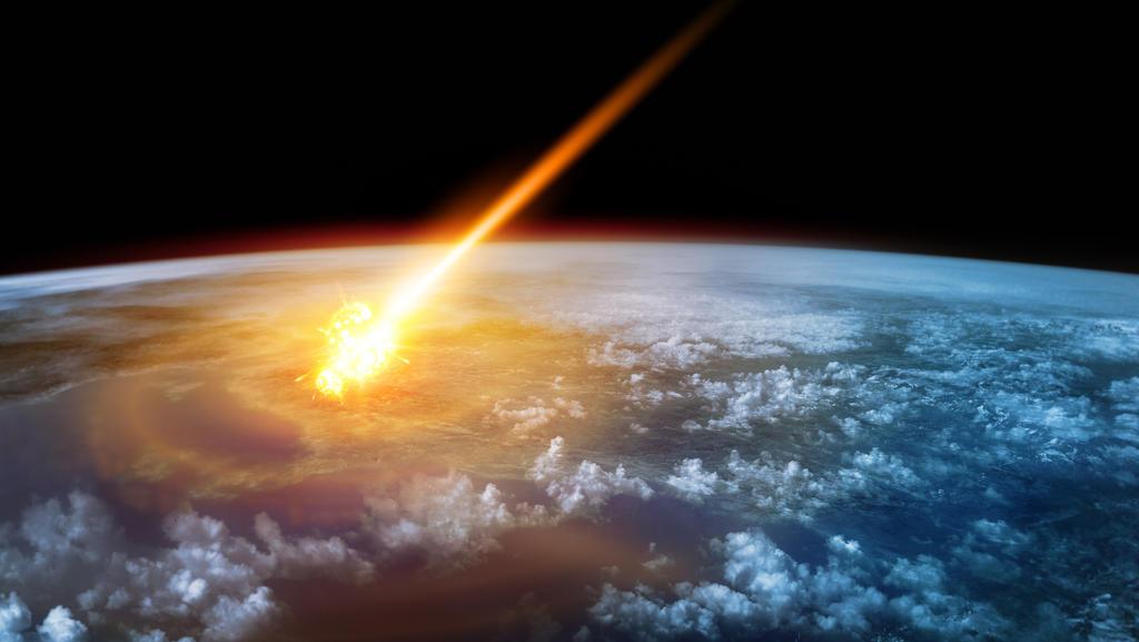 Ein Meteor brennt in einem Feuerball, wenn er in die Erdatmosphäre gelangt.