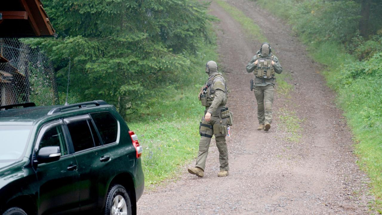 Polizei-Einsatz am Waldrand: Schwer bewaffnete Beamte am Freitag