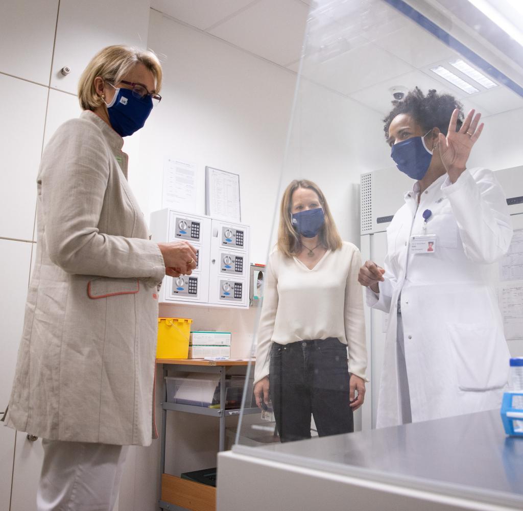 Bundesforschungsministerin Anja Karliczek (CDU, links) besuchte das Universitätsklinikum Hamburg-Eppendorf (UKE) und erhielt von Forschern Informationen zum Status einer Impfstoffstudie