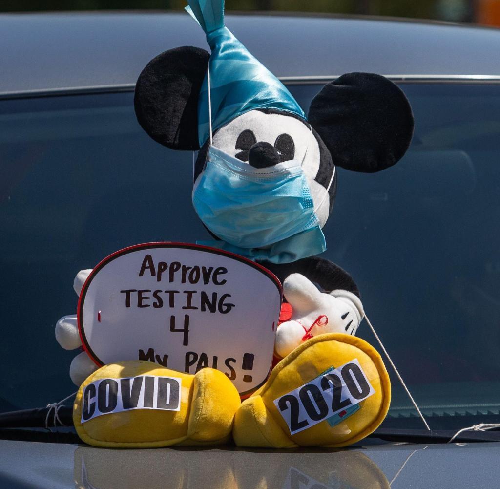 Maskierte Maus: Mitarbeiter des Disneyland Amusement Park protestieren vor der Wiedereröffnung gegen strengere Kronenregeln
