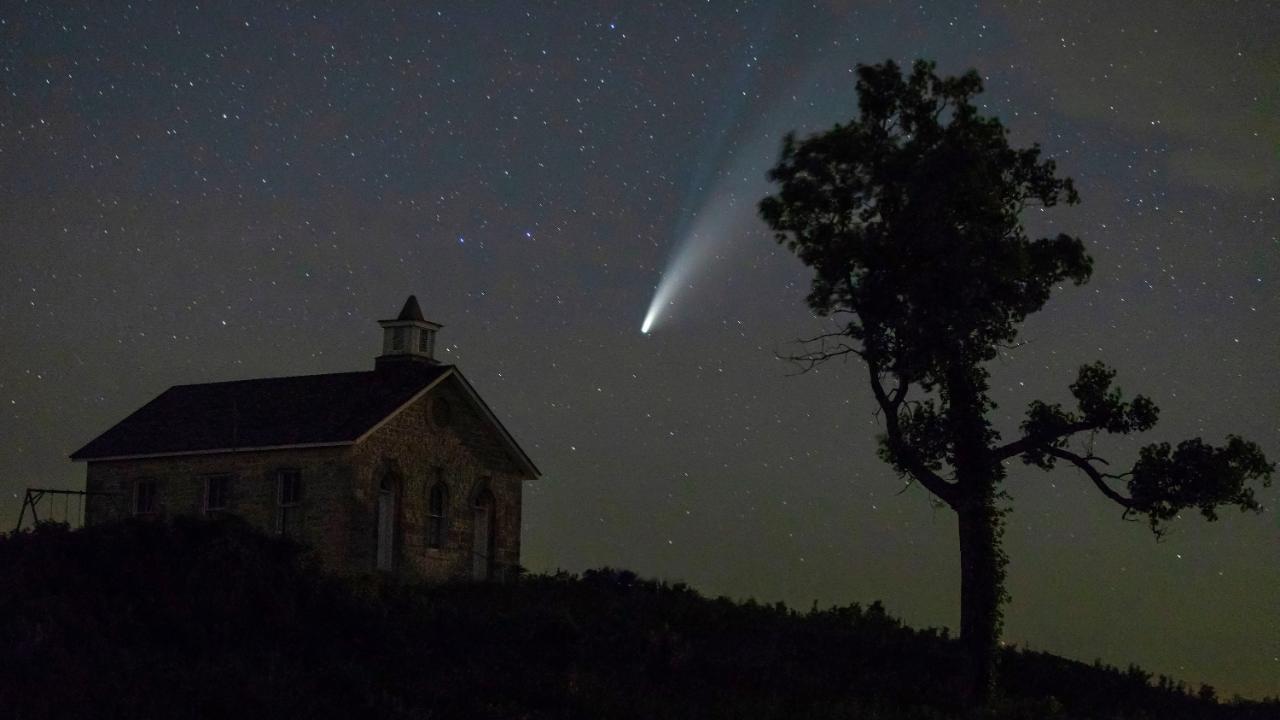 """Neowise über der Kirche des US-Reservats """"Tallgrass National Prairie Preserve"""""""