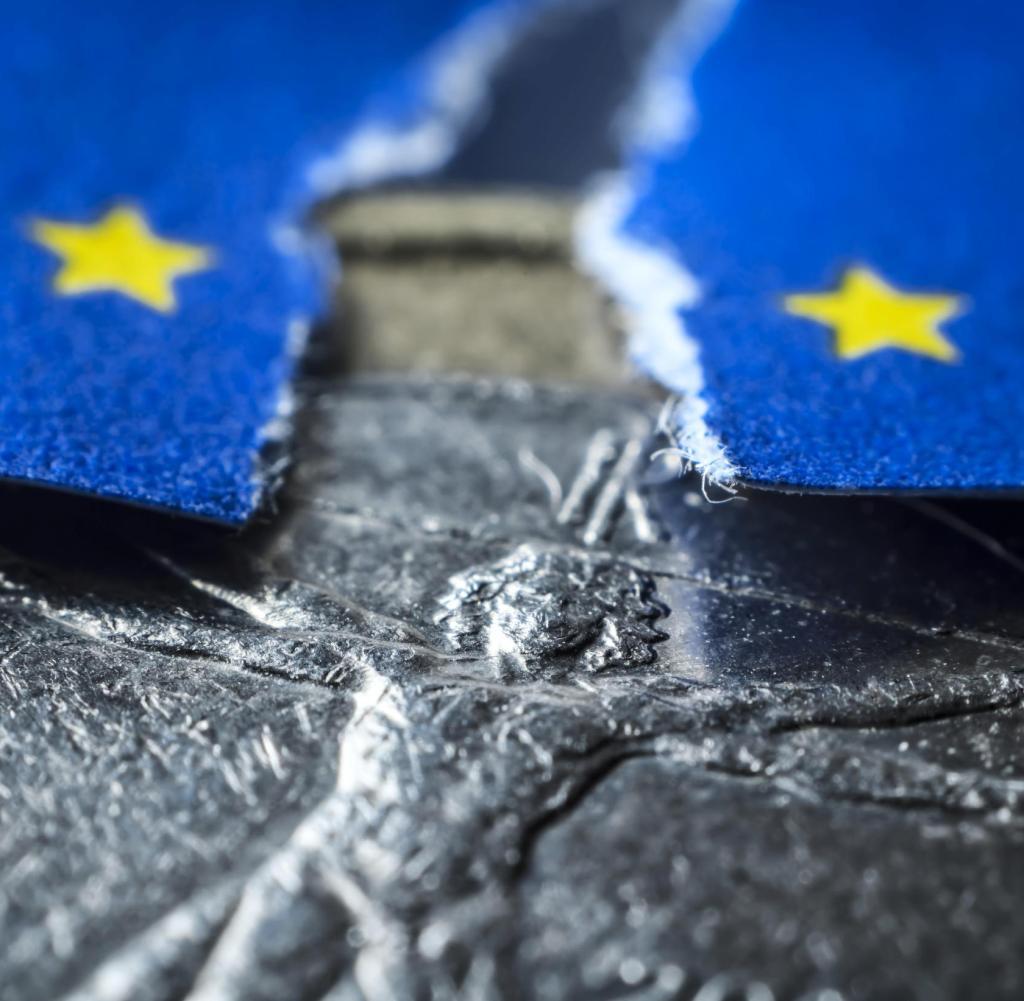 Italienische Euro-Währung und fragmentierte EU-Flagge, symbolisches Foto Schuldenkrise in Italien Weltweite Verwendung