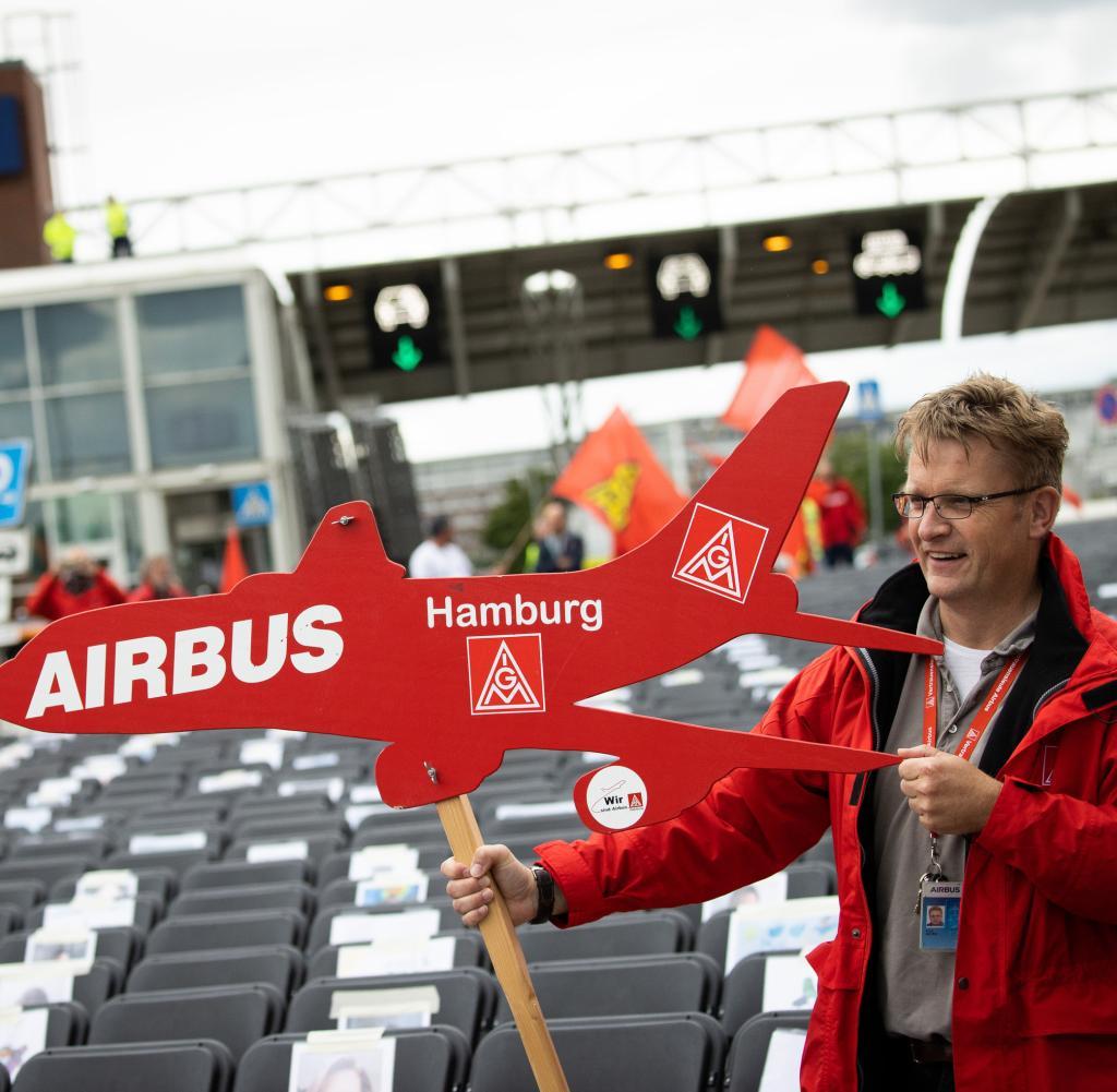 Mitarbeiter des Airbus-Flugzeugherstellers versammeln sich vor Werkstoren in Hamburg-Finkenwerder