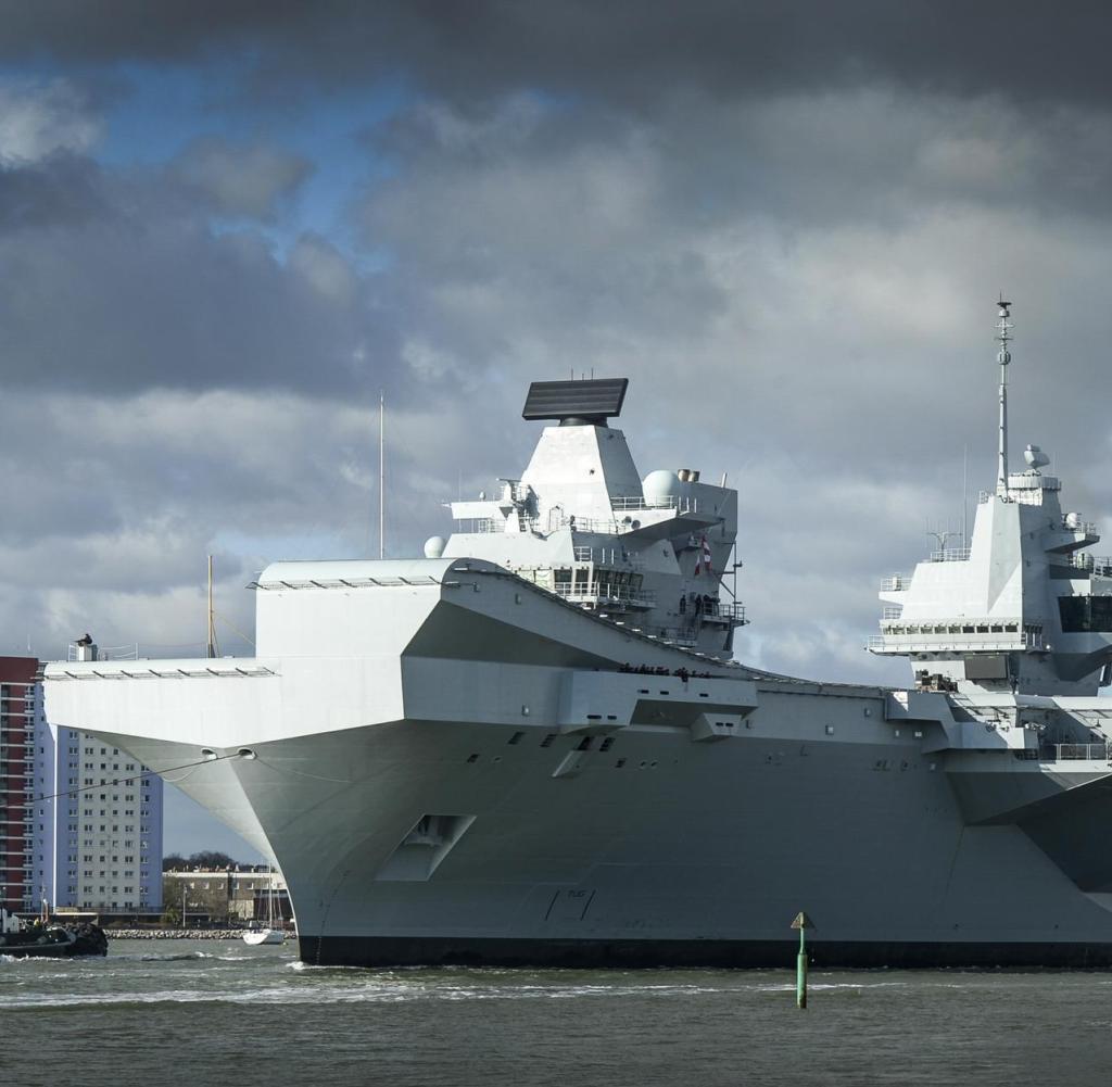 """Die HMS Queen Queen Elizabeth (begleitet von ihrem Hilfsschiff) segelte zum ersten Mal seit ihrer offiziellen Beauftragung bei der Royal Navy im Dezember von ihrem Haus in Portsmouth aus. Die nächste 65.000-Tonnen-Flagge wird nächsten Monat für weitere Offshore-Tests verwendet, darunter Tests mit Drehflügelflugzeugen, um deren Verhalten durch Fliegen zum und vom Schiff unter verschiedenen Bedingungen zu erfahren. Der kommandierende Offizier der HMS Queen Elizabeth, Kapitän Jerry Kyd, sagte: """"Nach der Aufregung unserer Inbetriebnahmezeremonie im Dezember freuen sich meine Schiffsgesellschaft und unsere Industriepartner darauf, das Schiff zur Durchführung der Rotationsklasse der ersten Klasse auf See zu bringen. Flugversuche: Träger der Queen Elizabeth-Klasse sind die größten Kriegsschiffe, die jemals für die Royal Navy gebaut wurden - vier Morgen Hoheitsgebiet auf der ganzen Welt, um Großbritannien 50 Jahre lang im Einsatz zu sein. , Elizabeth und HMS Prince of Wales werden die fortschrittlichsten Schiffe der Royal Navy-Flotte sein. Sie sind die zukünftigen Flaggen der Nation. Schiffe werden zunächst Hubschrauber tragen. Das breite Deck und der Flughangar können jeden Hubschrauber im Inventar aufnehmen Bis 2020 wird unsere Notiz jedoch von F35 Lightning II geliefert, dem fortschrittlichsten verdeckten Jäger der Welt. weis: aleancaefotografive / Photosho[Rechtehinweis:picturealliance/Photosho[Rechtehinweis:aleancaefotografive/Photosho[Rechtehinweis:picturealliance/Photosho"""
