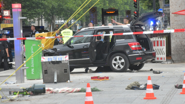 Schwarzer SUV mit estnischem Nummernschild wurde blockiert (Foto: Spreepicture)