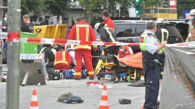Rettungskräfte betreuen Verletzte am Hardenbergplatz (Foto: Spreepicture)