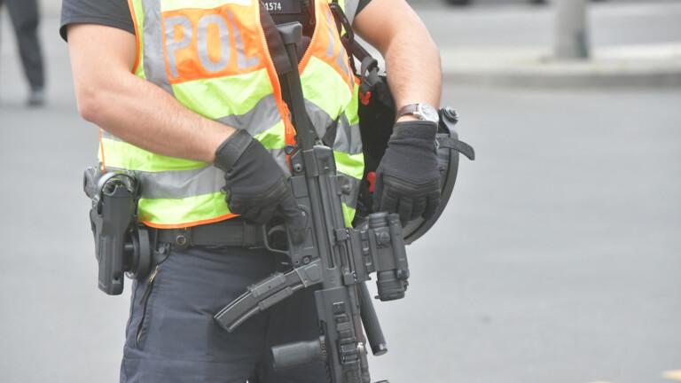 Schwerbewaffnete Polizisten sichern die Absturzstelle am Hardenbergplatz, um sich auf einen möglichen Angriff vorzubereiten (Foto: Spreepicture)