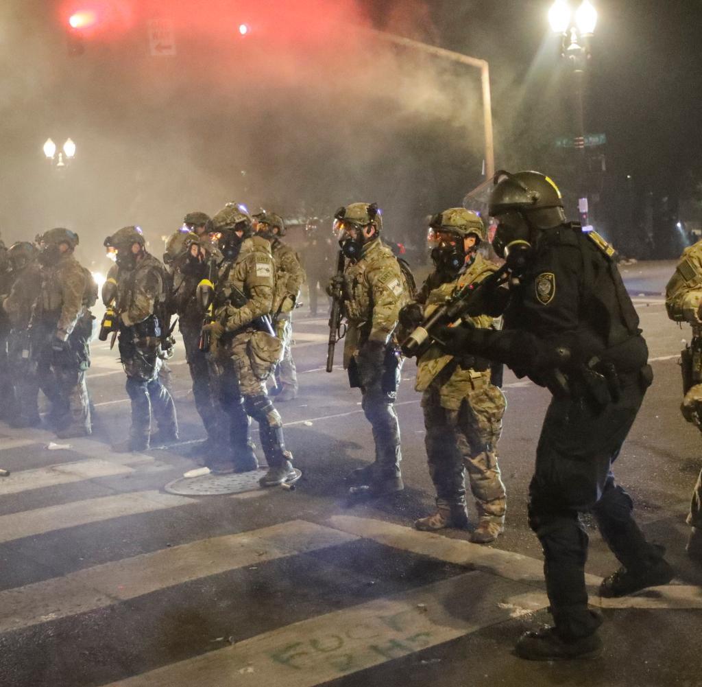Bundespolizisten in Portland errichteten Barrikaden, weil sich auch Gegendemonstranten einer weißen Miliz gebildet hatten