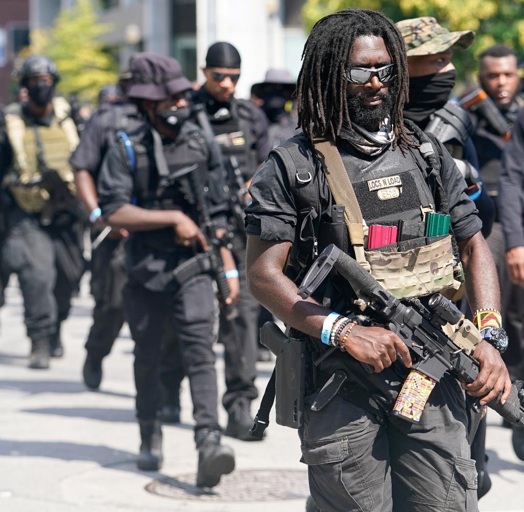 Mitglieder und Unterstützer einer ganzen Milizgruppe namens NFAC veranstalten eine bewaffnete Kundgebung in Louisville