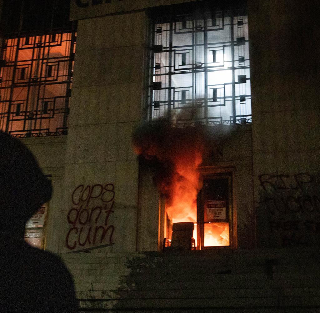 Am Samstagabend zündeten Demonstranten den Obersten Gerichtshof des Bezirks Alameda an