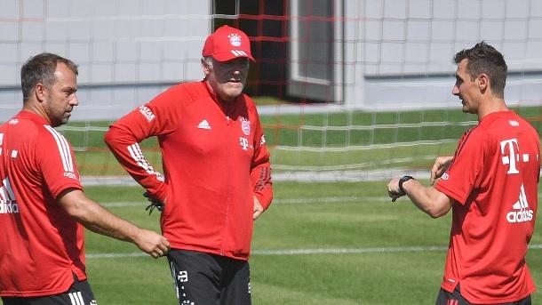 Miroslav Klose (rechts) im Austausch gegen Trainer Hansi Flick (links) und Hermann Gerland (Mitte). (Quelle: imago images / Sven Simon)