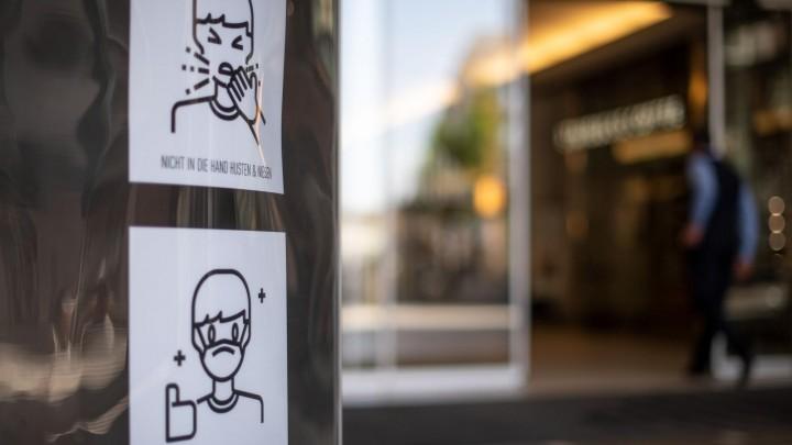 Schilder an einer Einkaufspassage in Düsseldorf weisen auf Verhaltensregeln während der Corona-Krise hin (dpa-Bildfunk / Marius Becker)