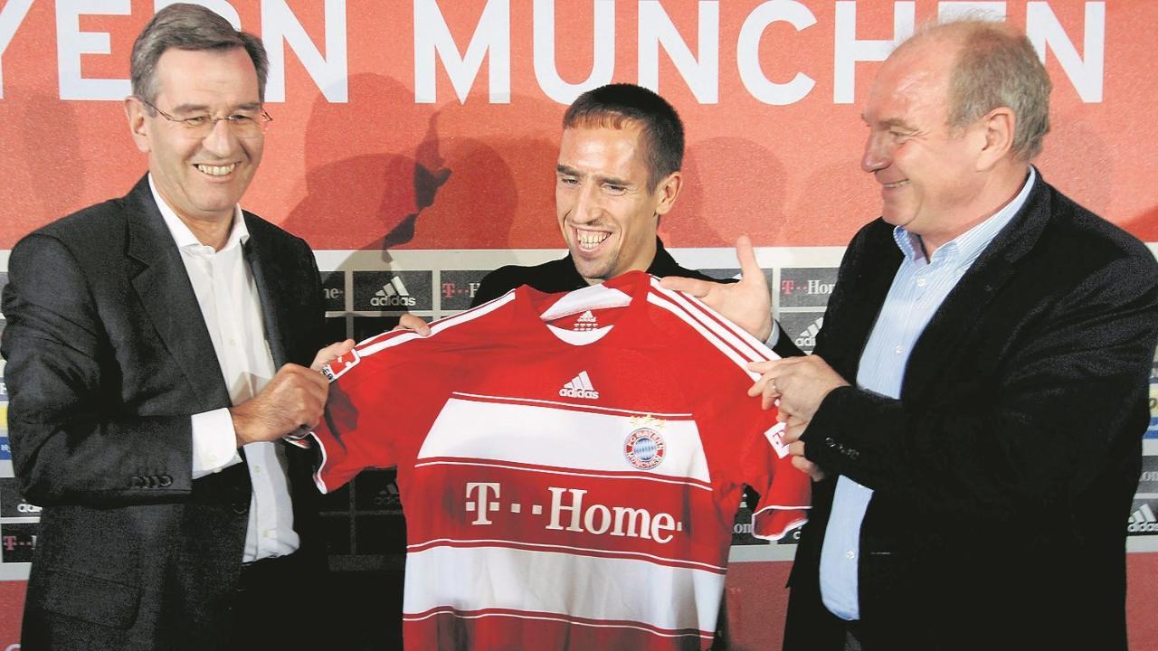 Karl Hopfner (l.) und Uli Hoeneß (r.) bei der offiziellen Vorstellung von Neuzugang Franck Ribéry (M.) am 7. Juni 2007
