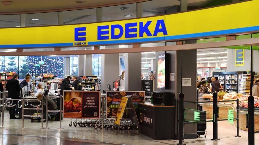 """Photo of Edeka wirft einen Blick auf Aldi in der Supermarktwerbung: """"Herzlichen Glückwunsch. 2450 fehlen noch!"""""""