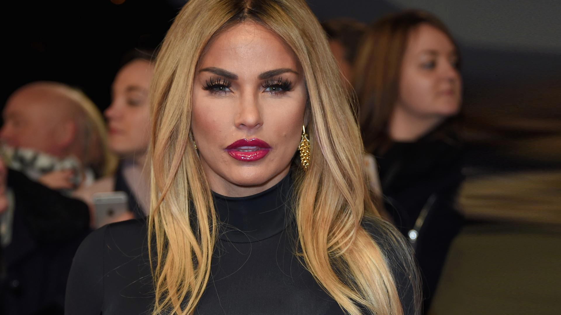 Photo of Katie Price brach sich beide Beine – eine Operation war notwendig