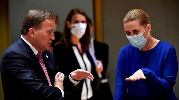 Der Schwede Stefan Lofven spricht mit der Dänen Mette Frederiksen: Der EU-Gipfel hat die Verhandlungen wieder aufgenommen.  (Quelle: Reuters / John Thys)