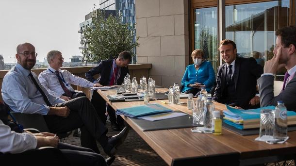 Die Staats- und Regierungschefs der Europäischen Union kämpfen in Brüssel um ein Kronhilfepaket: Die Verhandlungen sind schwierig.  (Quelle: AP / dpa)