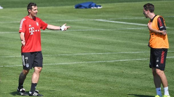 Miroslav Klose (links) gibt Adrian Fein (rechts) aus Bayern während des Trainings Anweisungen.  (Quelle: imago images / Sven Simon)