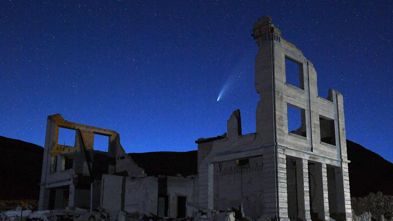 In der Geisterstadt Rhyolite (US-Bundesstaat Nevada) scheint Neowise in eine Häuserruine zu fallen