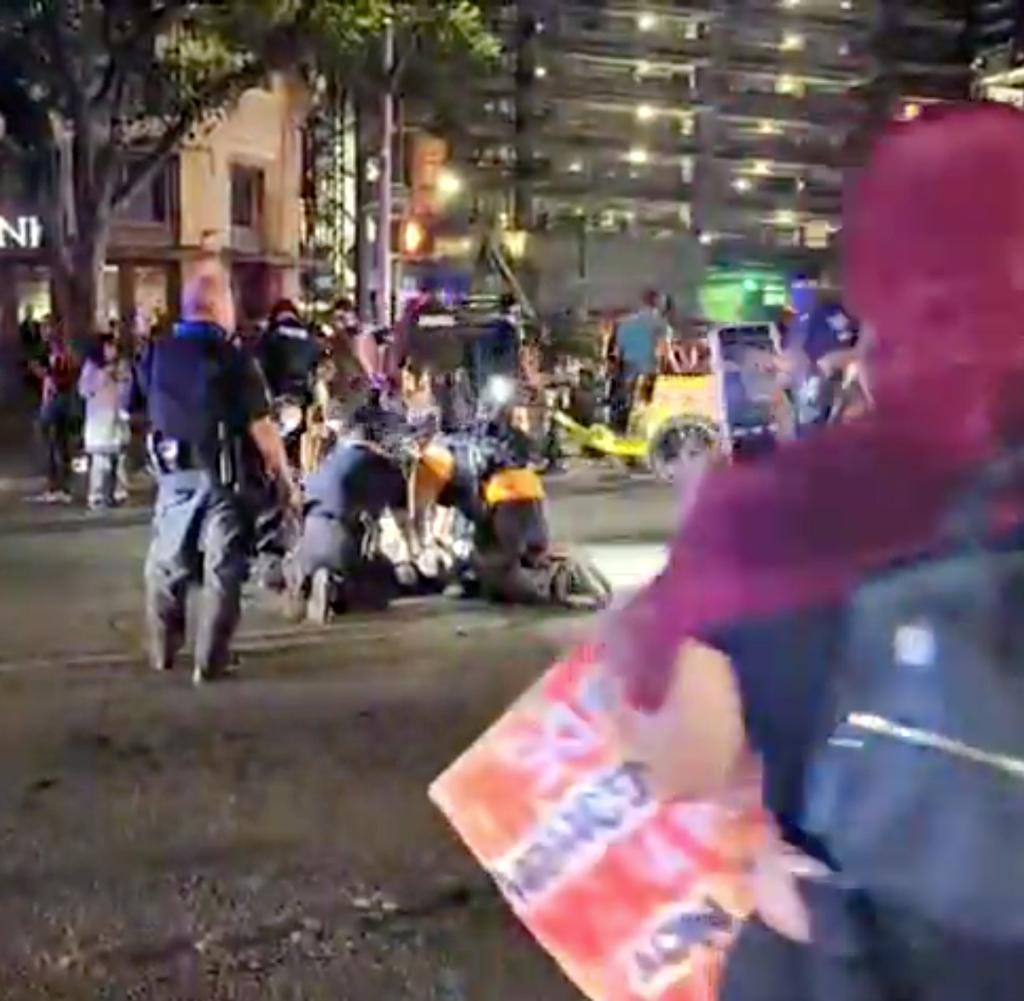 Die Polizei in Kampfausrüstung stürmt am Freitag eine Kundgebung in Austin, Texas, und entfernt Hunderte von Demonstranten mit einem Lastwagen.