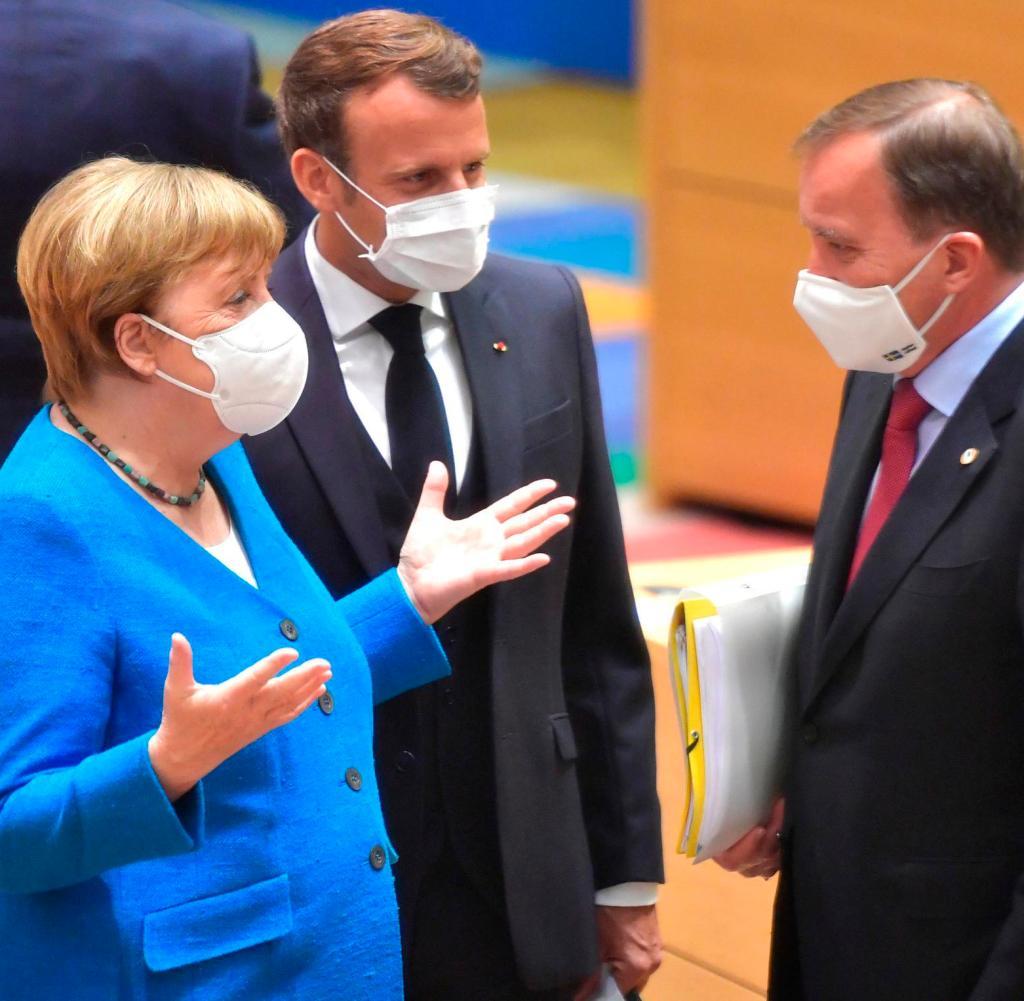 Bundeskanzlerin Angela Merkel (links) und der französische Präsident Emmanuel Macron (links) sprechen mit dem schwedischen Ministerpräsidenten Stefan Lofven (zweiter) und der finnischen Ministerpräsidentin Sanna Marin (rechts) während eines Roundtable-Treffens in einem Gespräch EU-Gipfel in Brüssel am Samstag, 18. Juli 2020. Staats- und Regierungschefs aus den 27 EU-Ländern treffen sich zu einem zweiten Tag eines EU-Gipfels, um das über sieben Jahre verteilte Gesamthaushalts- und Wiederherstellungspaket zu bewerten , geschätzt auf etwa 1,75 Billionen bis 1,85 Billionen Euro.  (John Thys, Poolfoto über AP)