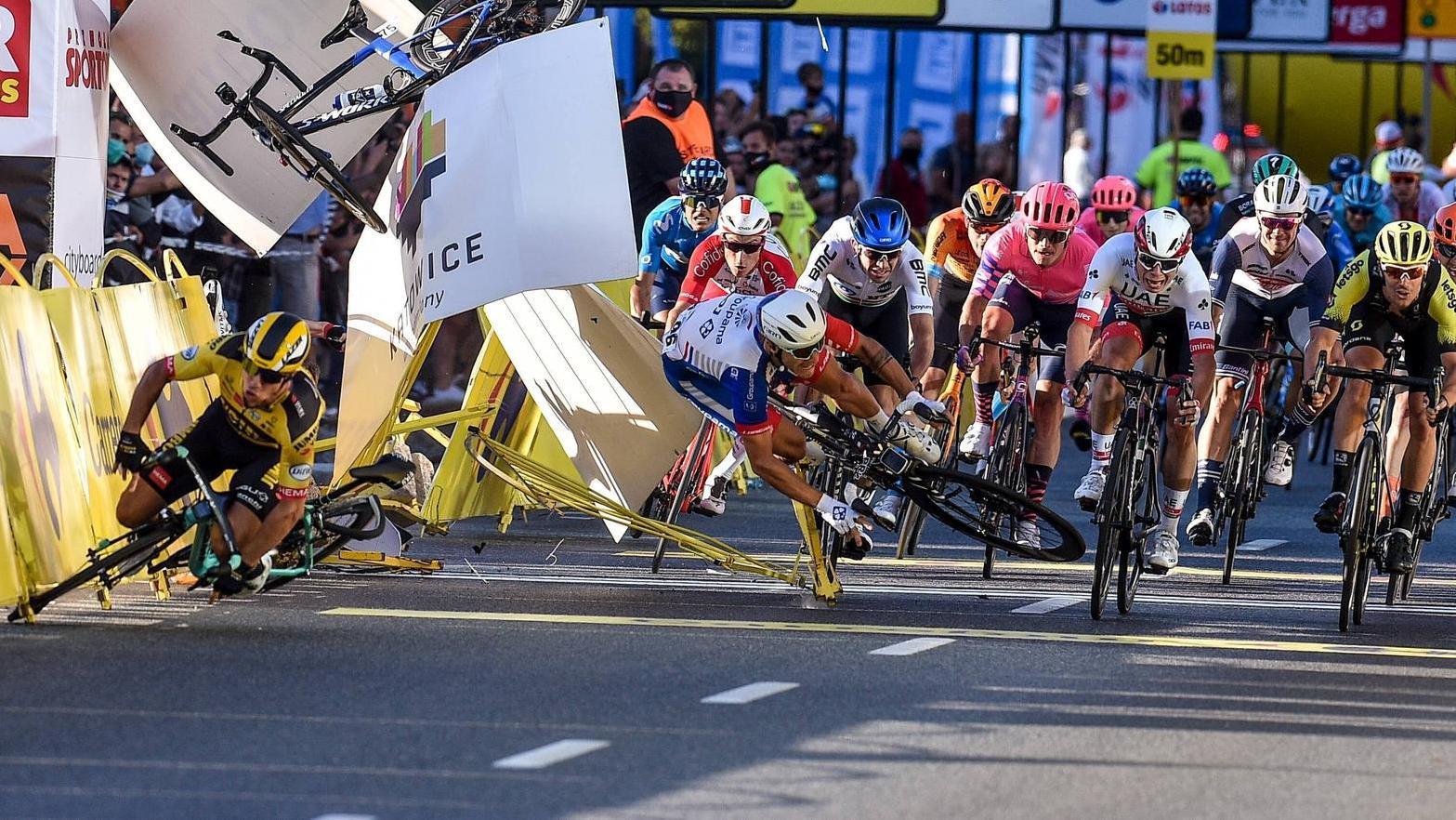Photo of Der Radprofi Jakobsen stürzt mit 80 km / h gegen das Hindernis und ist in Lebensgefahr