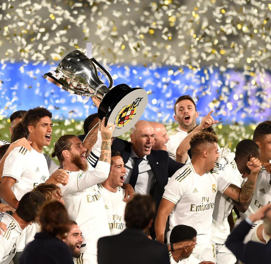 Real Madrids Kapitän Sergio Ramos hebt den Pokal am Nachthimmel, nachdem er Villarreal besiegt hat