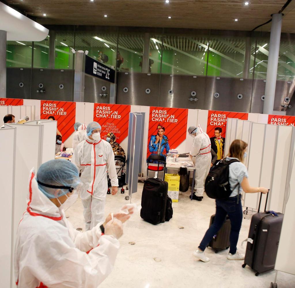 Ein Passagier verlässt das Land, nachdem er am Samstag, dem 1. August 2020, mit einem COVID-19-Test am Flughafen Roissy Charles de Gaulle außerhalb von Paris getestet wurde. Passagiere, die aus 16 Ländern, in denen das Coronavirus zirkuliert, nach Frankreich einreisen, müssen das Virus testen lassen bei der Ankunft an französischen Flughäfen und Häfen.  (AP Foto / Thibault Camus)