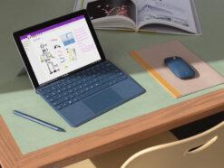 Microsoft-Laptops auf einem Desktop mit Windows
