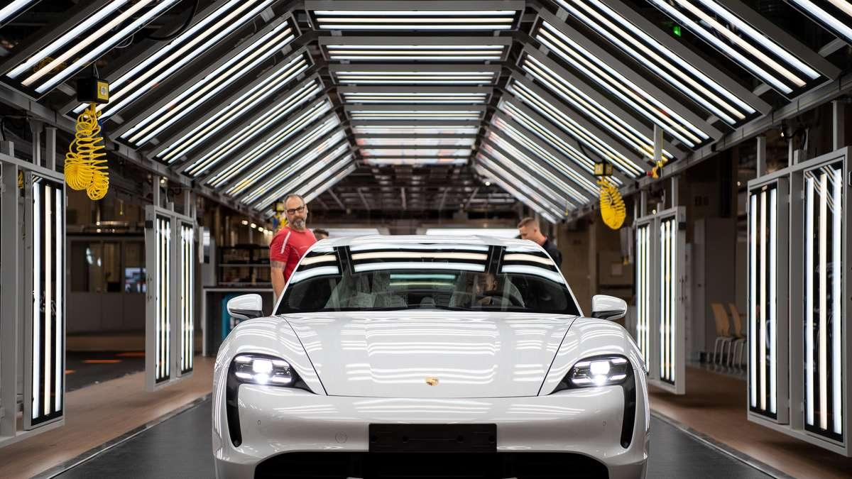 """Photo of Porsche Taycan: """"Witz des Tages!""""  Führungskräfte von Tesla lachen über Updates zu Luxus-Sportwagen"""