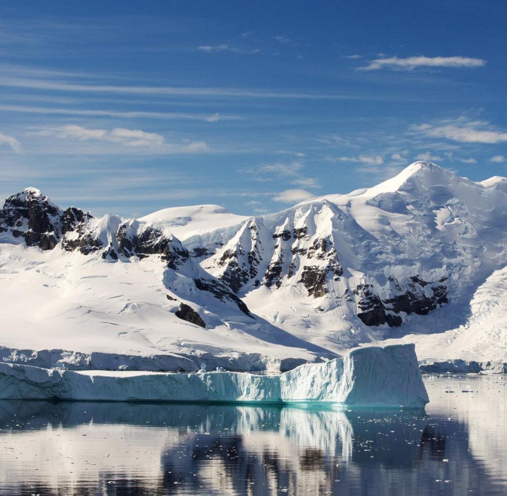 Die Gerlache-Straße, die den Palmer-Archipel von der Antarktischen Halbinsel auf der Insel Antwerpen trennt. Die Antarktische Halbinsel ist eines der am schnellsten erwärmenden Gebiete der Welt.