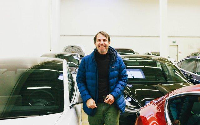 Der ehemalige BMW Fahrer Höllmüller baut seinen Tesla zusammen.
