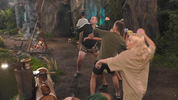 Die Rache wird nass serviert: Emmy Russ und andere Märchenwaldbewohner werfen dem Schloss tiefe Anschuldigungen vor.  (Quelle: SAT.1)