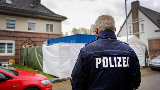 Polizist vor einem Haus in Alsdorf: In diesem Fall wurden mehr als 30.000 Spuren online identifiziert.  (Quelle: dpa / Dagmar Meyer-Roeger)