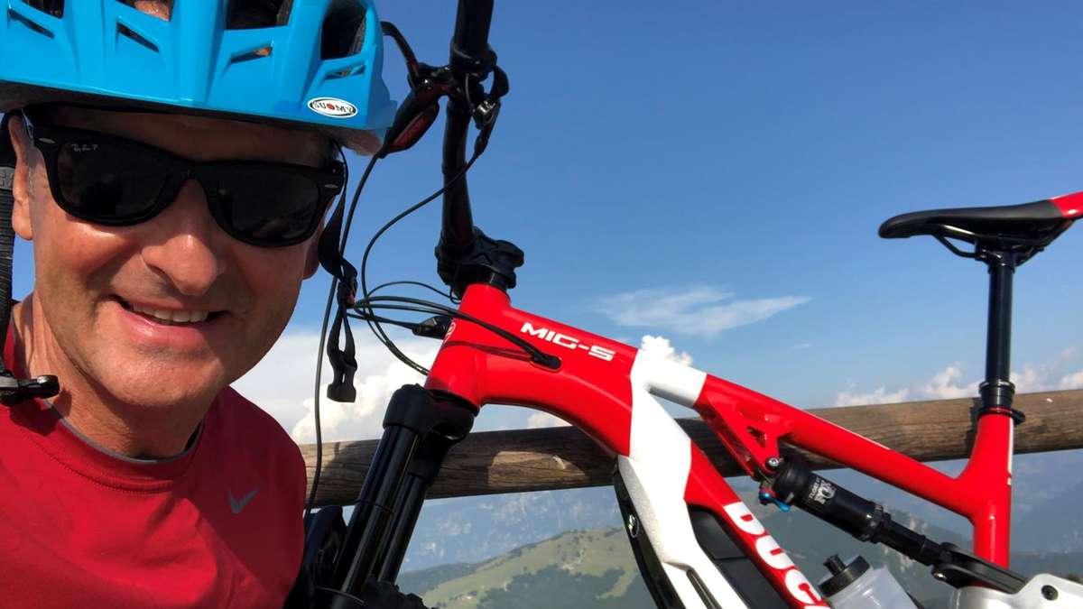 """Photo of Boss VW Diess macht Urlaub in einem elektronischen Auto und einem elektronischen Fahrrad: Ein Fotodetail ist verblüffend – """"ganz anders als das Werbefoto"""""""