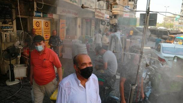 Bagdad, Irak: Die Menschen sind eingeladen, auf den Straßen von Bagdad zu duschen.  (Quelle: AP / dpa / Hadi Mizban)