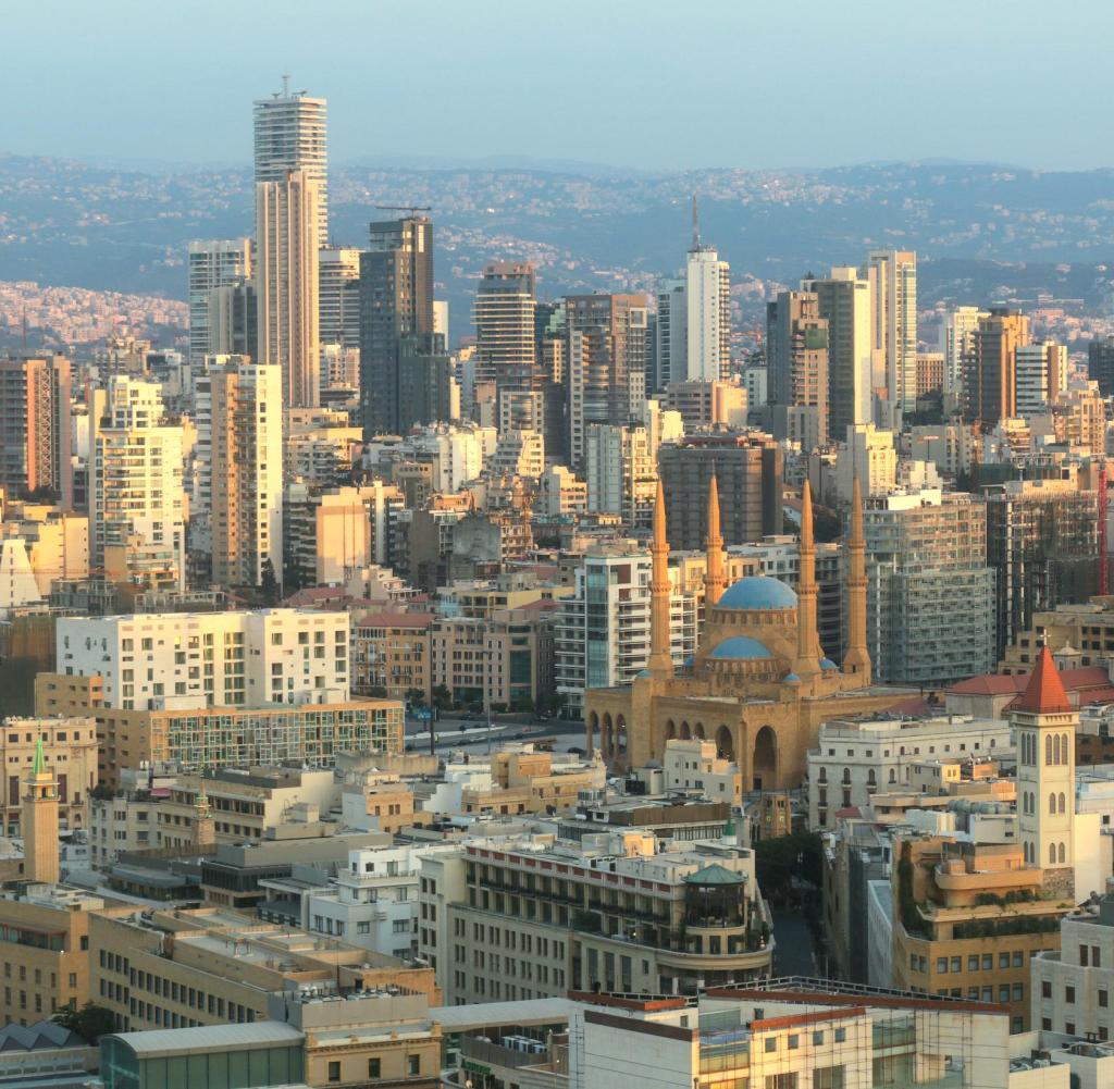 Ansichten von Beirut, Libanon, mit Wolkenkratzern, Moscheen und Kirchen.  Die große Moschee ist die Mohammad Al-Amin Moschee, auch Blaue Moschee genannt.  Gebaut wurde von 2002-2008 gebaut.  Angrenzend an die Moschee befindet sich die Kathedrale St. Georg der Maronit mit dem neuen Glockenturm.