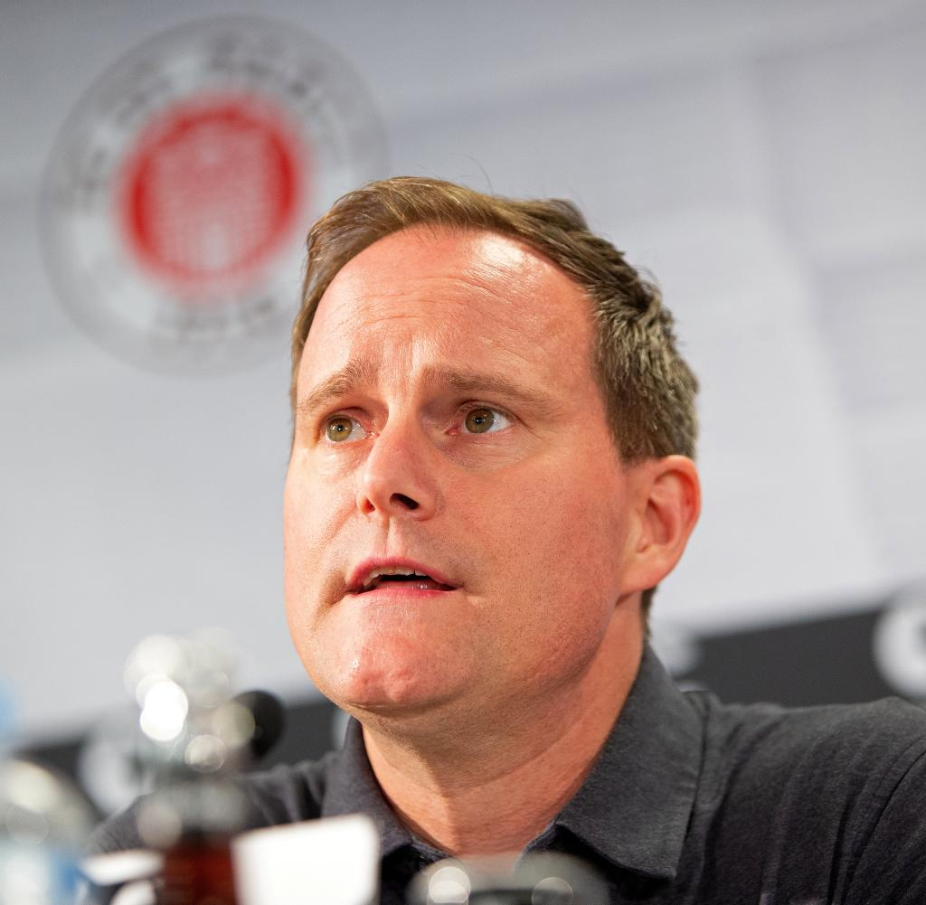 FC St.  Pauli stellt den neuen Trainer in Hamburg vor